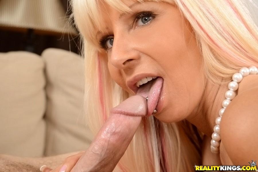 Зрелая мамочка с большими сиськами соблазняет молодого парня - секс порно фото