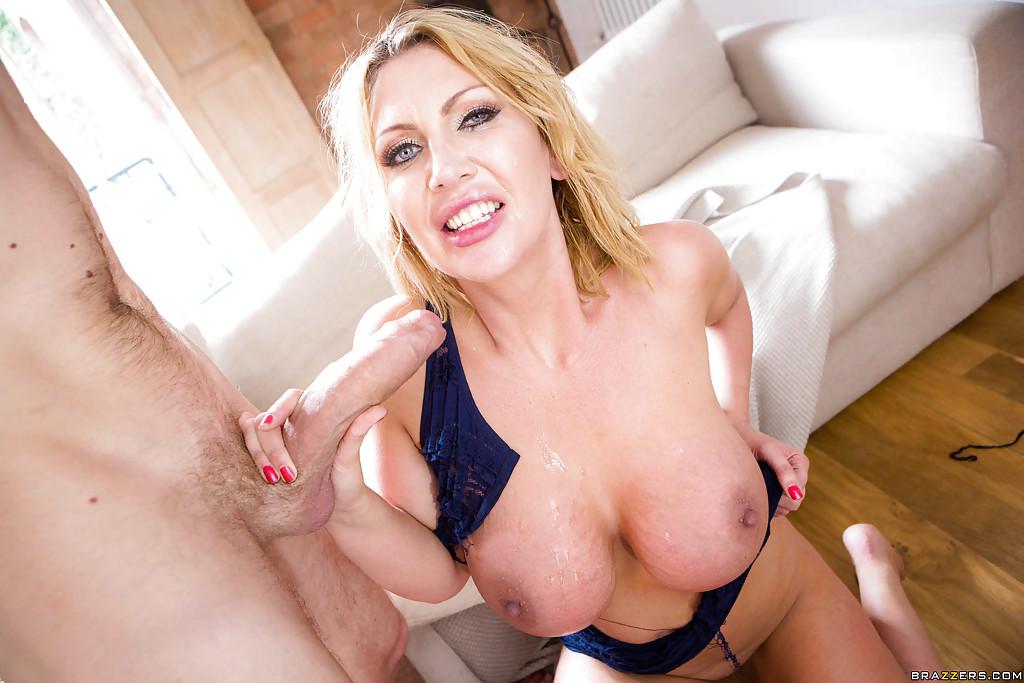 Мамочка с большими дынями сосет длинный член перед камерой - секс порно фото
