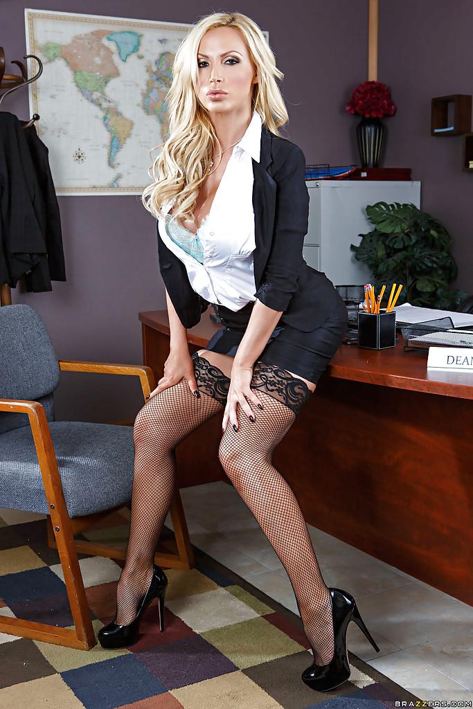 Пышная мамочка с большими сиськами раздевается позируя в офисе на столе - секс порно фото