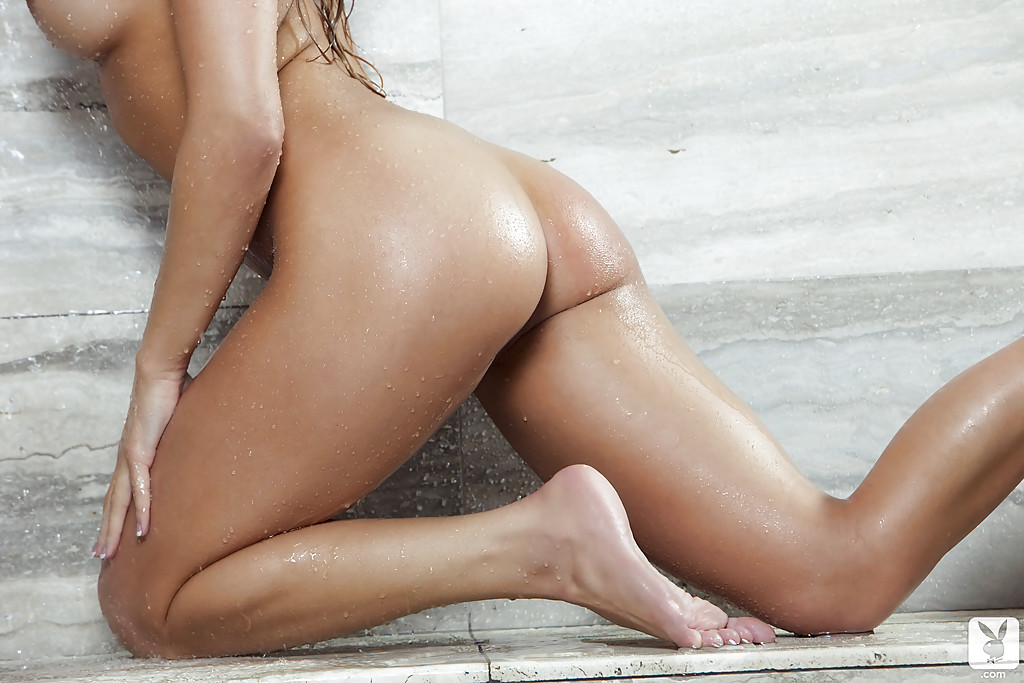 Девушка снимает кружевное сексуальное белье позирую в душе - секс порно фото