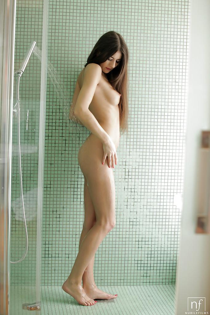 Сексуальная девушка с гладкой киской принимает душ - секс порно фото