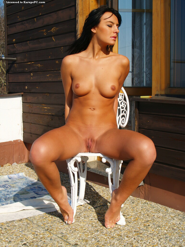Стройная брюнетка разделась до гола на балконе - секс порно фото
