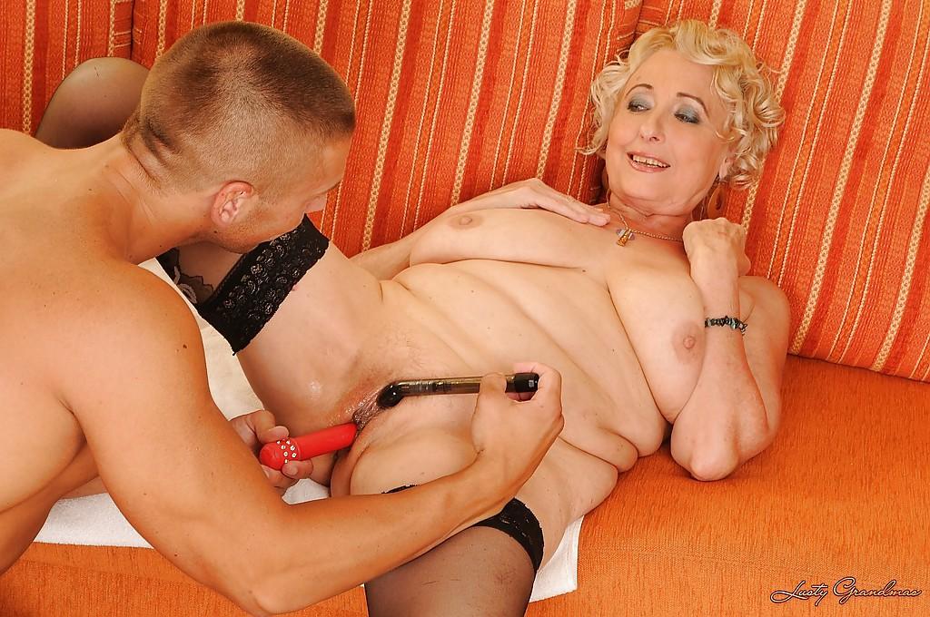 Разогретая дилдо жирная мамочка скачет на твердом стволе - секс порно фото