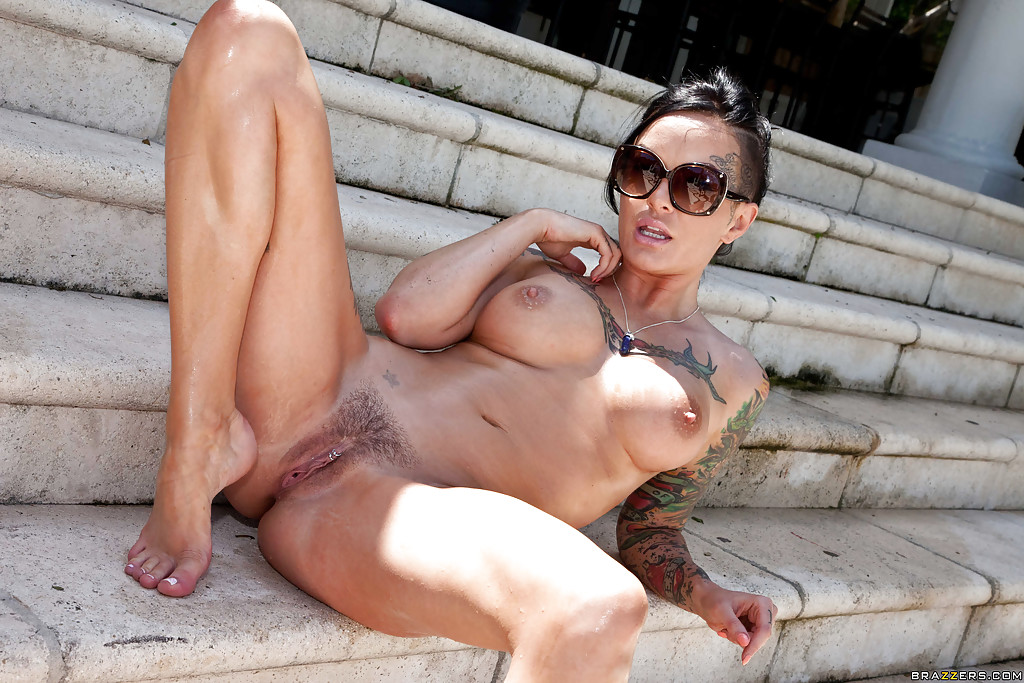 Татуированная брюнетка мастурбирует дилдо на свежем воздухе - секс порно фото