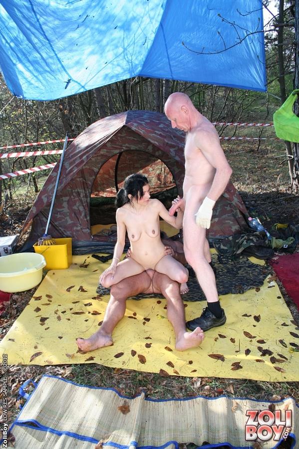 Мамочка удовлетворила на пикнике двух мужиков и получила струю в рот - секс порно фото