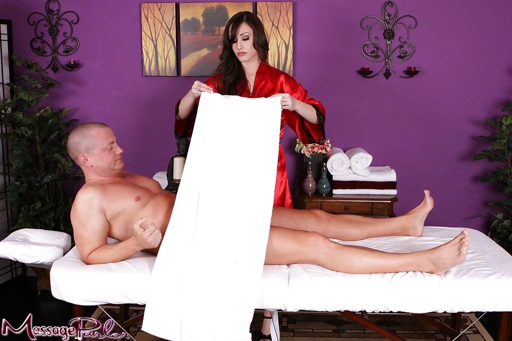 Массажистка дрочит твердый болт перед сладким минетом - секс порно фото