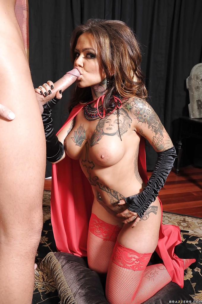 Горячая татуированная девица в чулках сосет большой член перед трахом - секс порно фото