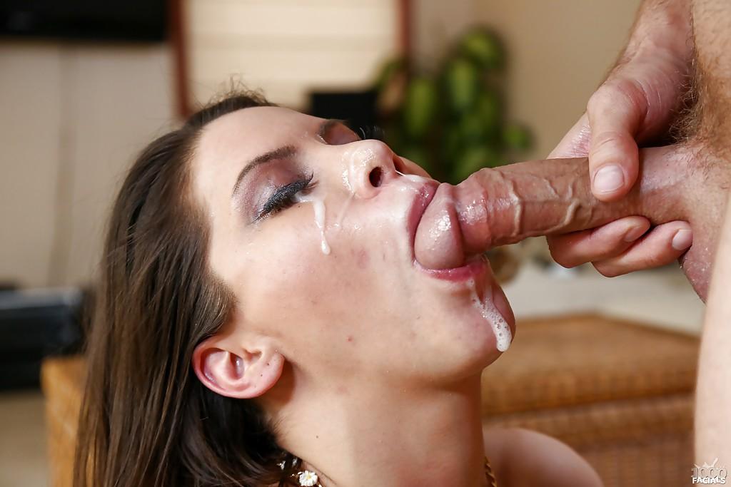 Латиноамериканская мамочка удовлетворяет минетом перед камерой - секс порно фото