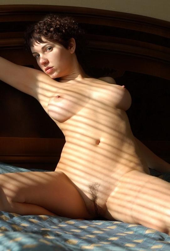 Цыпочка с округлыми формами позирует на кровати - секс порно фото