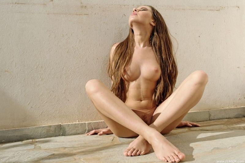 Стройная девица голая позирует на улице - секс порно фото