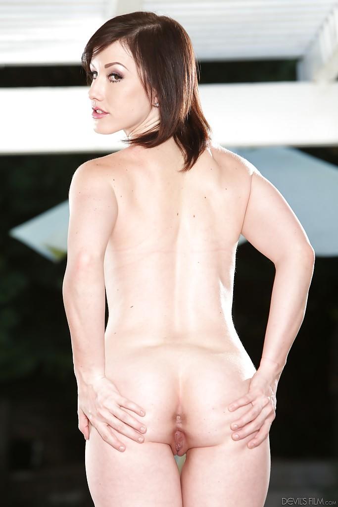 30 летняя дамочка сексуально раздевается оголив пышные булки у бассейна - секс порно фото