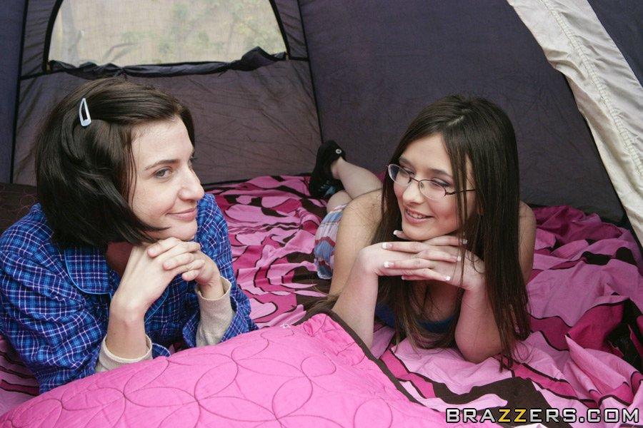 Милашка в очках с большими сиськами отсосала длинный член перед трахом в палатке - секс порно фото