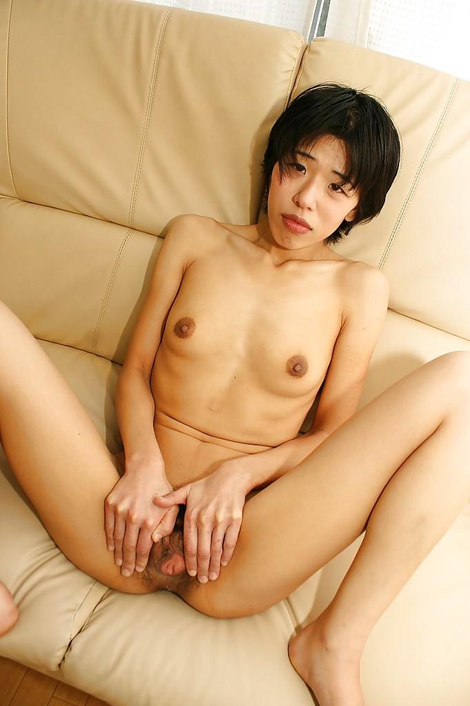 Зрелая азиатка вибратором мастурбирует волосатую киску - секс порно фото