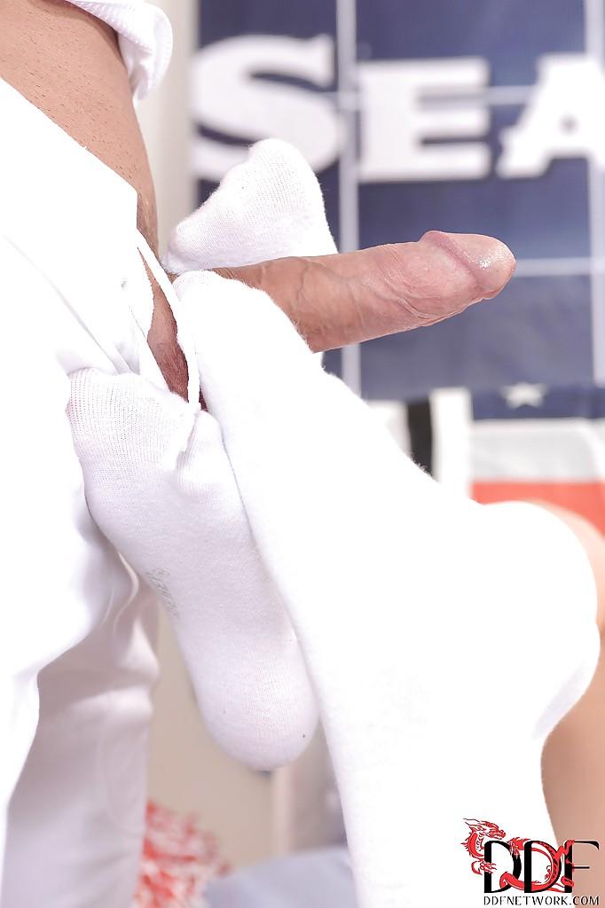 Возбужденные фетишисты две чирлидершы дрочат ногами перед трахом - секс порно фото