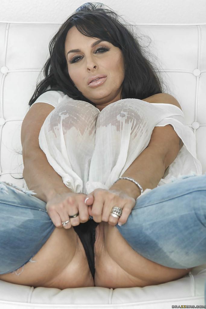 Горячая мамочка сексуально позирует обнажая огромные булки и дойки - секс порно фото