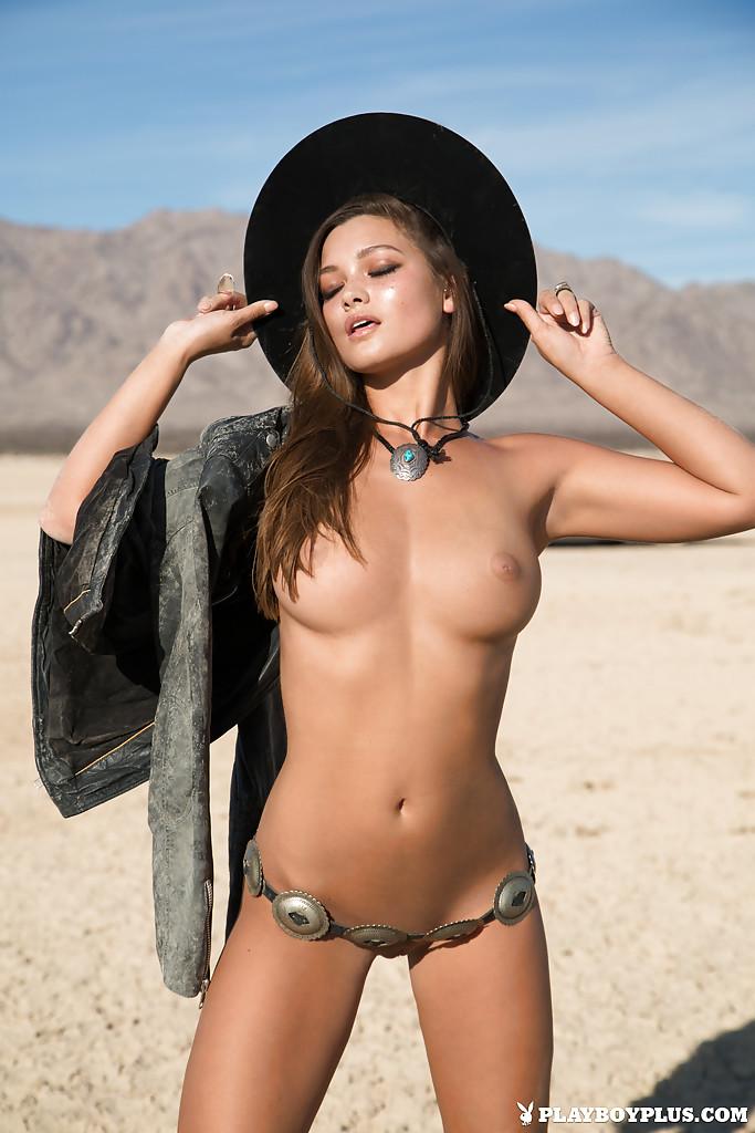 Азиатская модель с большими сиськами позирует голой на улице - секс порно фото
