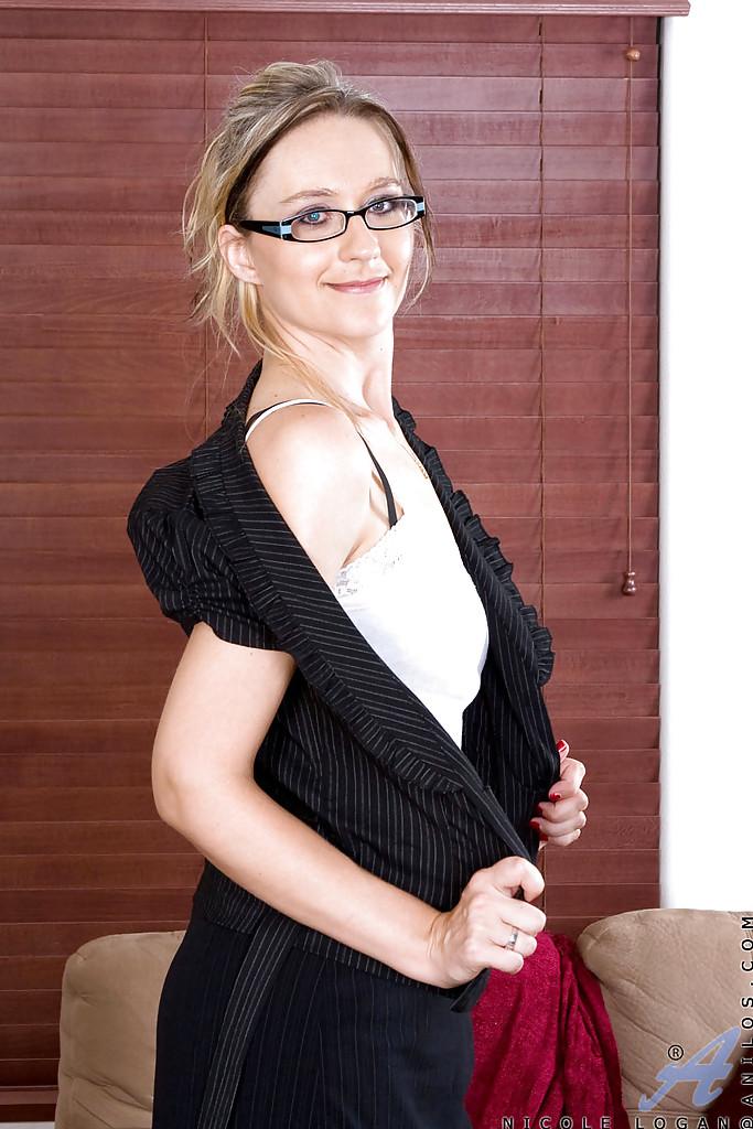 Горячая дамочка в очках сексуально раздевается обнажая свои формы - секс порно фото