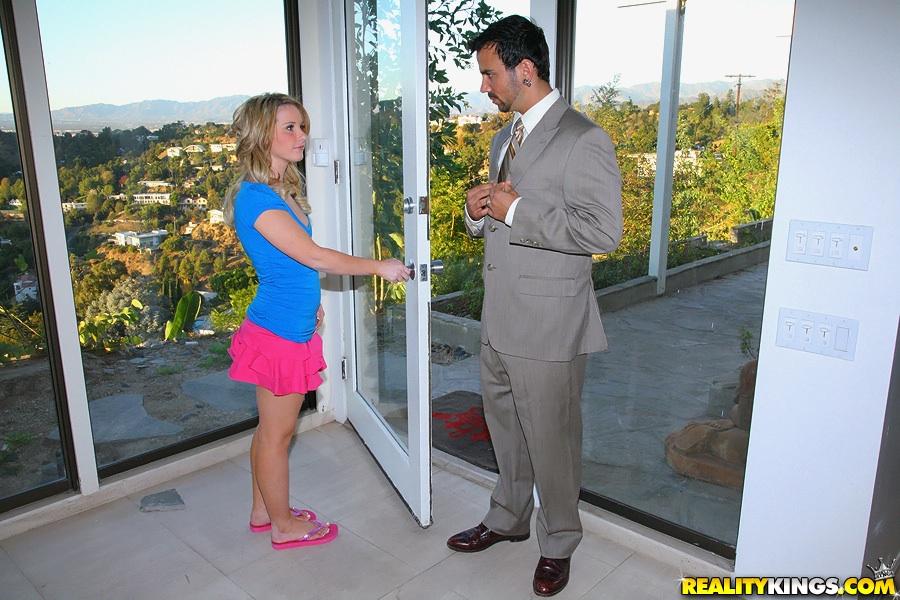 Молодая девица удовлетворяет агрегат своей бритой киской - секс порно фото