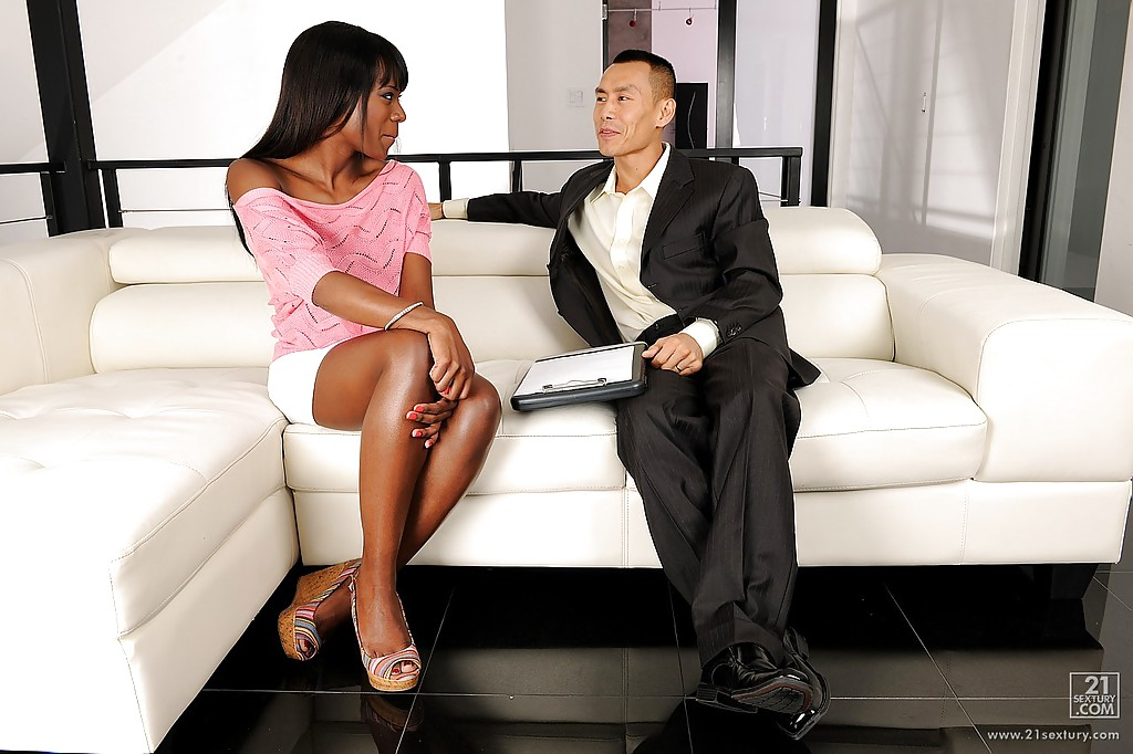 Молодая чернокожая девица пробует на вкус твердый член перед трахом - секс порно фото