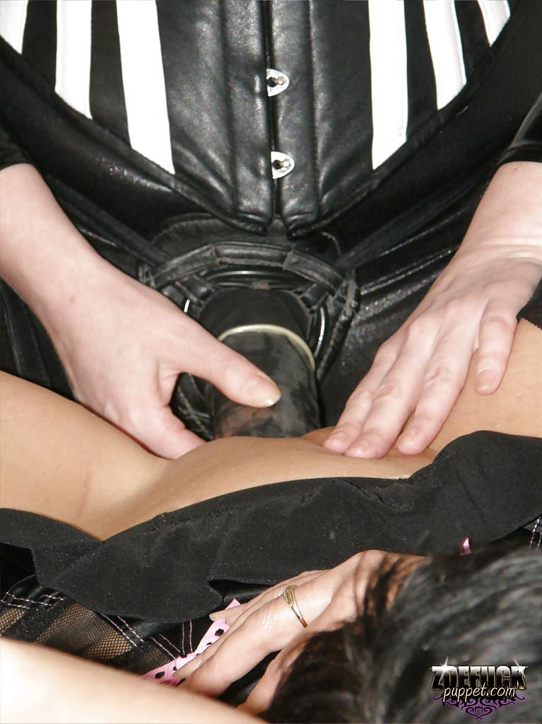 Мамочки в лесбийских ласках используют страпон для удовлетворения - секс порно фото