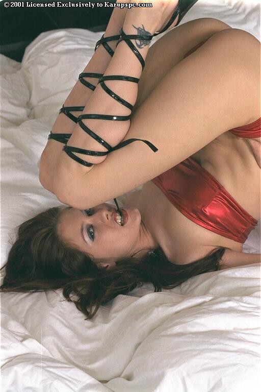Стройная брюнетка сексуально разделась чтобы показать бритую киску на кровати - секс порно фото