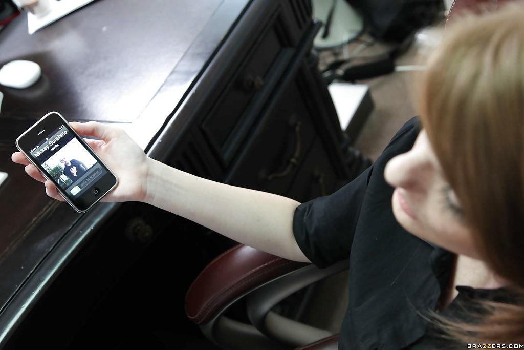 Девица с веснушками отсосала перед трахом в офисе - секс порно фото