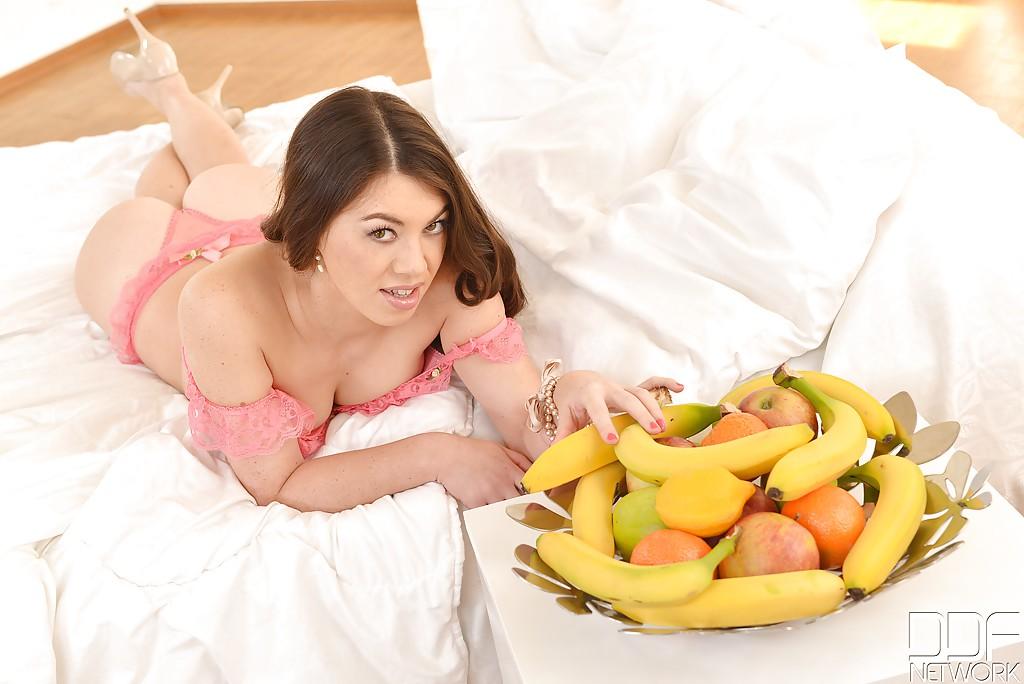 Девица мастурбирует бананами одновременно две дырки - секс порно фото