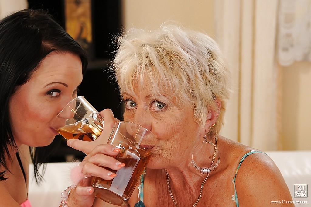 Развратная бабуля соблазнила молодую деваху для лесбийских утех - секс порно фото