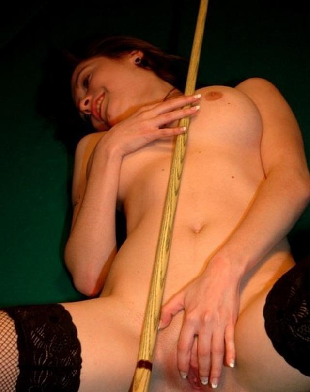 Девица сексуально раздевается обнажая свои пышные формы - секс порно фото