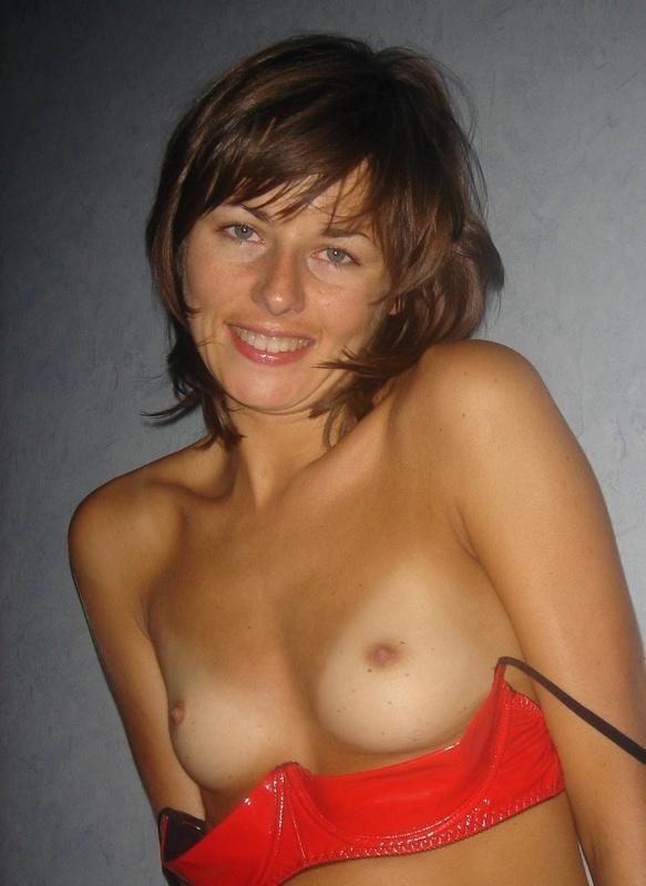 Загорелая худая девушка позирует в сексуальном белье оголяя свою вульву - секс порно фото