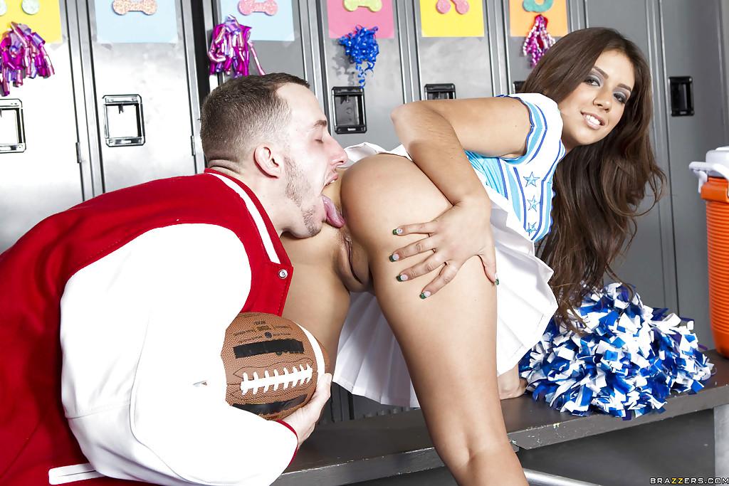 Сексуальная чирлидер оголила огромную задницу для анального траха в раздевалке - секс порно фото