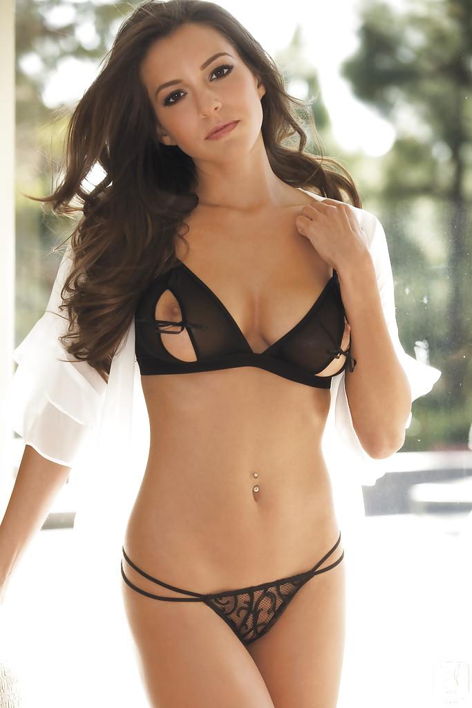 Модель с большими сиськами позирует в сексуальном белье - секс порно фото