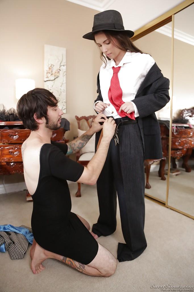 Парень в женском платье трахает свою подругу без презерватива - секс порно фото