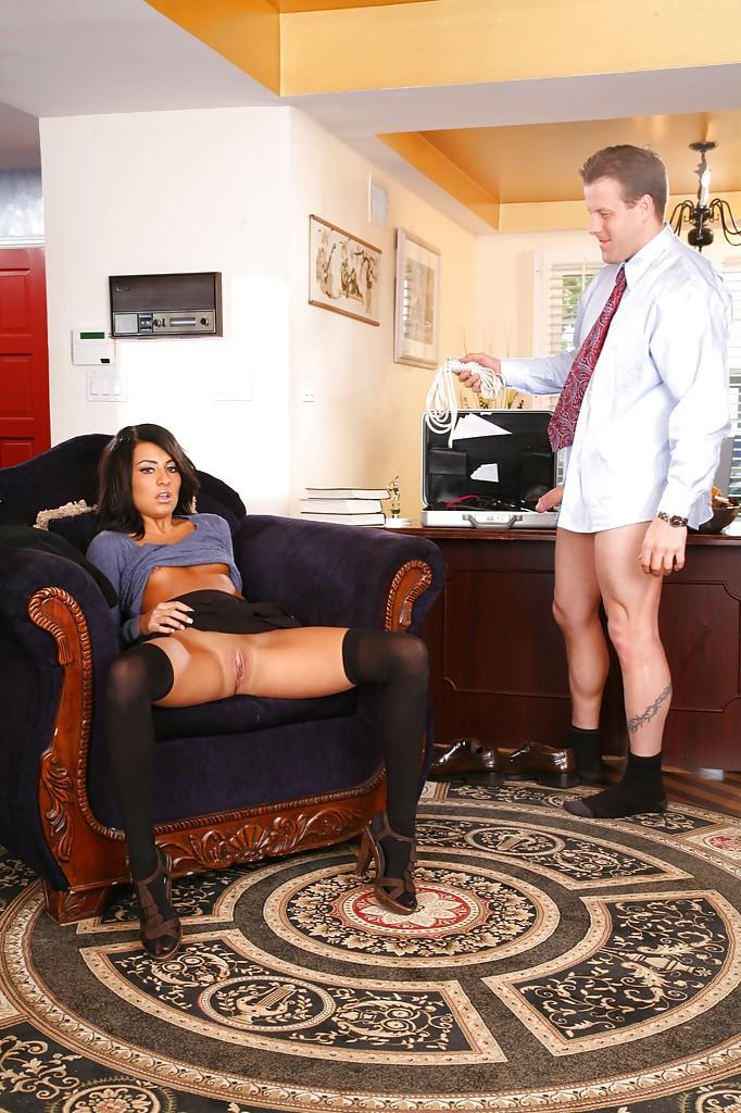 Молодая латинка в черных чулках распахнула бритую киску для куни и траха - секс порно фото