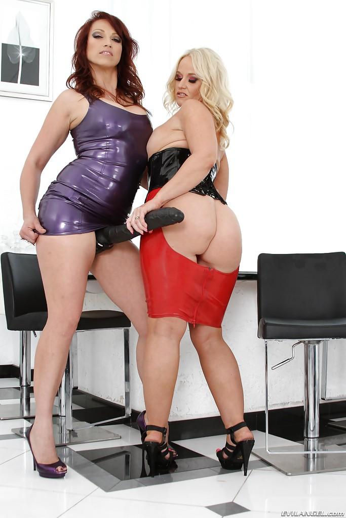 Зрелые лесбиянки в латексе веселятся с огромным страпоном - секс порно фото