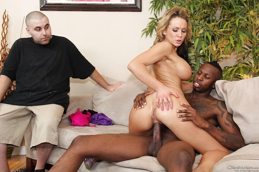 Негр трахает грудастую дамочку в присутствии ее мужа - секс порно фото