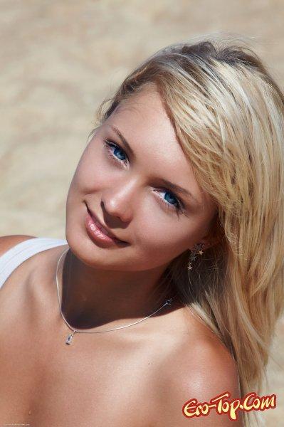 Красивая мокрая девушка в песке. Смотреть фото.