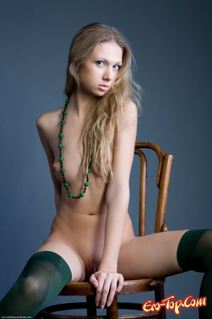 Augusta Crystal голая на стуле. Фото.