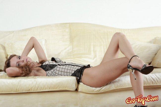 Голая девушка на диване. Смотреть фото.