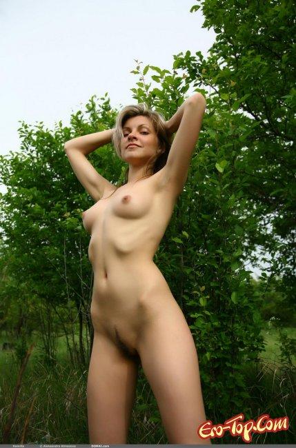 Красивая голая девушка на природе. Фото.