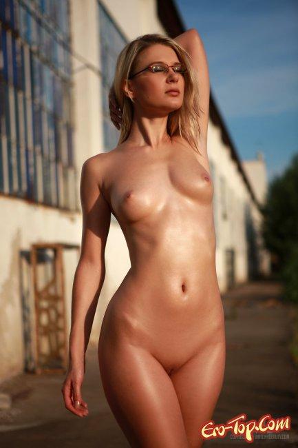 Голая блондинка в очках. Фото сексуальной девушки.