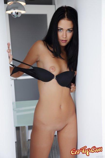 Очень сексуальная брюнетка. Фото голой девушки.