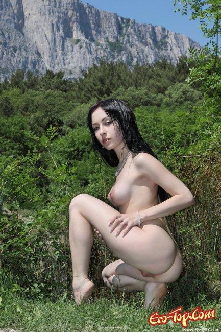 Голая девушка на речке. Смотреть фото брюнетки.