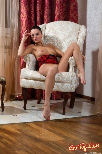 Распутная девушка. Фото голой брюнетки.