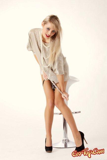 Яркая блондинка. Фото голой девушки.