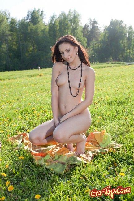Голая девушка на поляне. Фото.