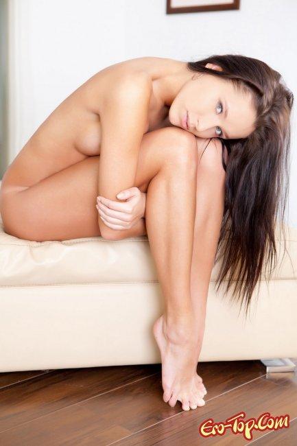 Симпатичная девушка снимает бельё. Фото.