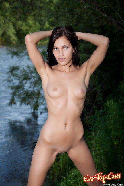 Голая девушка на речке. Смотреть фото.