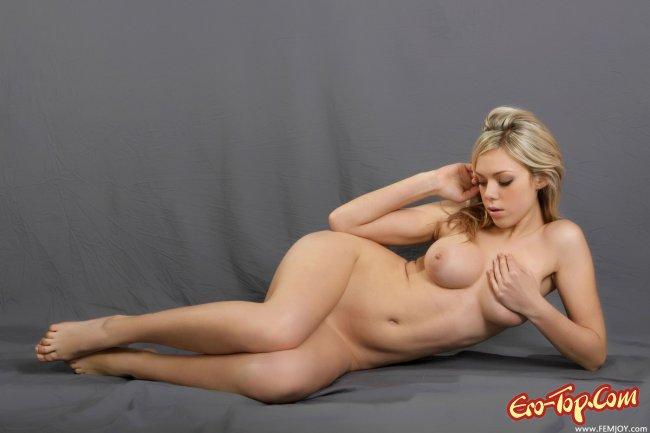 Пышная блондинка голая. Смотреть фото.