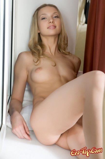 Augusta Crystal - молодая голая блондинка. Фото.
